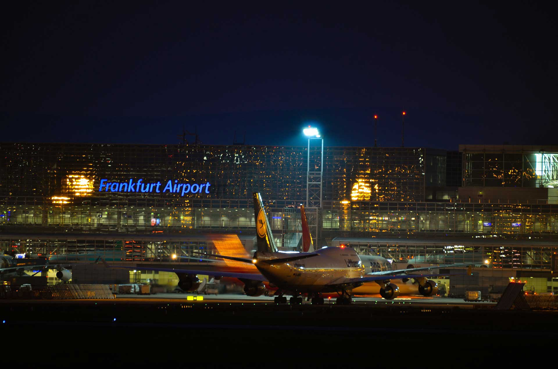 Bild: Frankfurt-Fraport bei Nacht