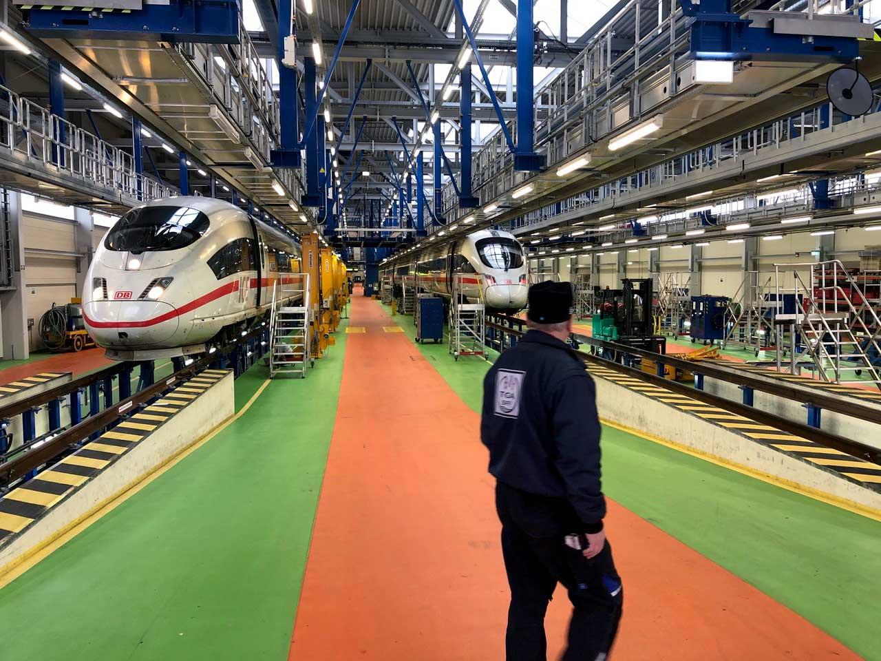 Bild: TGA-Arbeiter bei Fahrzeuginstandhaltung in Nürnberg