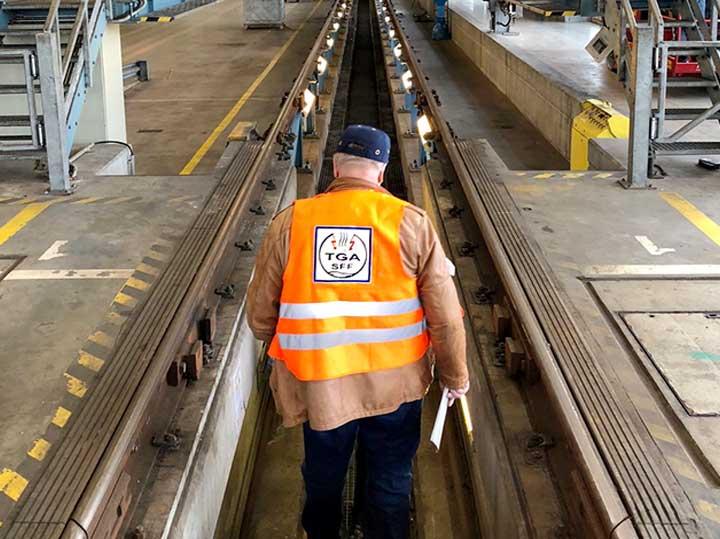 Bild: TGA-Mitarbeiter bei Fahrzeuginstandhaltung in Nürnberg
